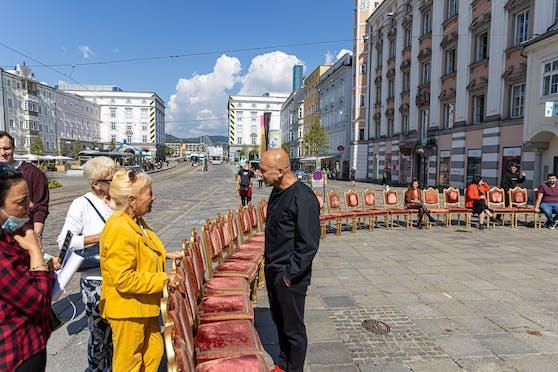 Im Rahmen des AEC-Festivals wurden am Hauptplatz 120 Sessel aus dem Stift St. Florian aufgestellt.