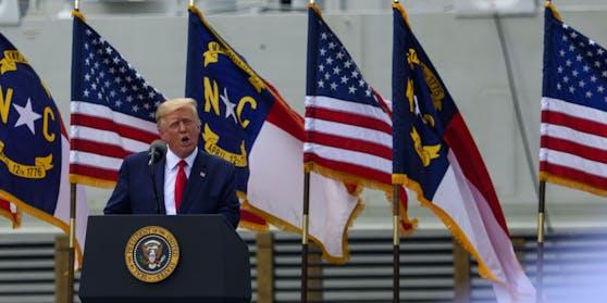 Donald Trump bei der Rede am Kriegsschiff.