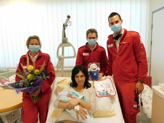 Die kleine Lena mit Mama Nicole und die Sanitäter Karin Lorenz, Kristian Kehrer und Simon Eisner (v.li.)