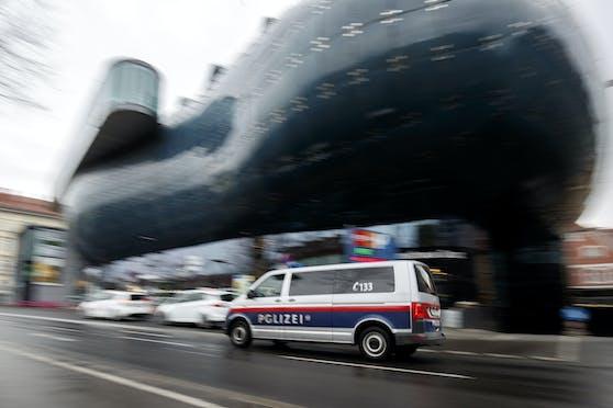 Eine Polizeistreife vor dem Kunsthaus in Graz. (Symbolbild)