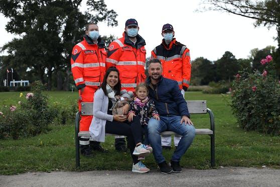 Sanitäter Wilhelm Lange, Niklas Salzer und Emil Karmasin Mit Baby Lena und ihrer Familie.