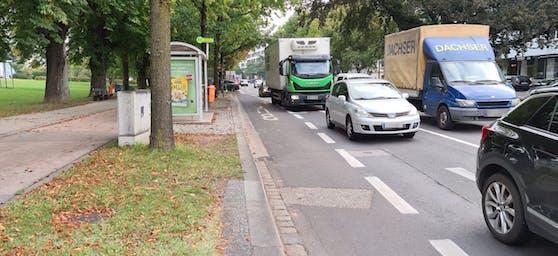 Diese Bushaltestelle beim Lentos sorgt für Stau. Bleibt ein Bus stehen, ist in gerader Richtung keine ganze Spur mehr frei, weil der Fahrstreifen zu schmal ist. Es kommt sofort zum Stau. Jetzt soll die Haltestelle weiter nach links Richtung Lentos verlegt werden.