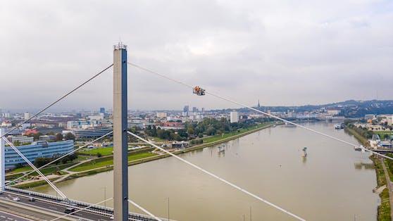 Mit einem kleinen Wagen ging es am Stahlseil der Voestbrücke rauf und wieder runter.