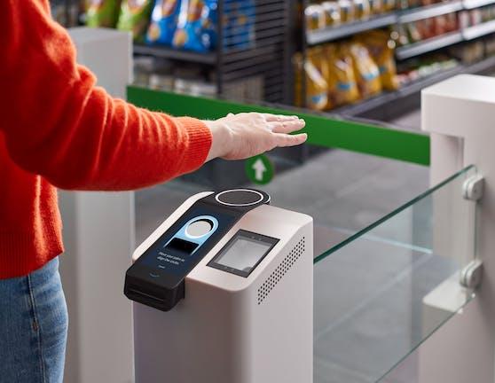 Mit Amazone One sollen Kunden im Laden künftig mit der Handfläche zahlen.