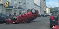 Auto prallt in Linz gegen Pkw, bleibt am Dach liegen