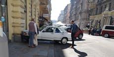 Mercedes-Fan fährt in Wien mit Oldtimer in Hausmauer