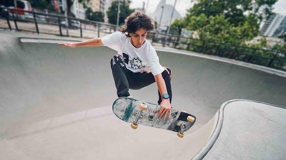 Ein Skateboarder mit der Huawei Watch GT 2e