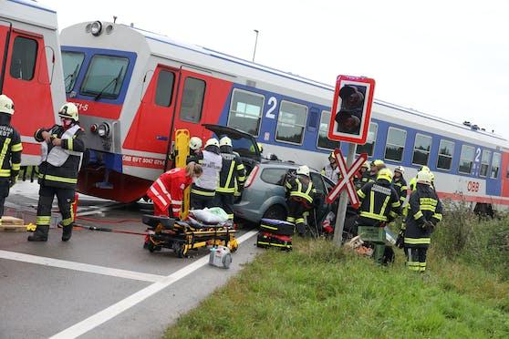Das Fahrzeug der Lenker wurde bei dem Crash mit der Almtalbahn verletzt.