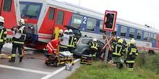 Autolenkerin bei Crash mit Zug schwer verletzt