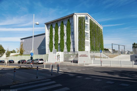 """Die Fassadenbegrünung macht das Umspannwerk Kendlerstraße (Ottakring) zum """"Klimakraftwerk."""""""