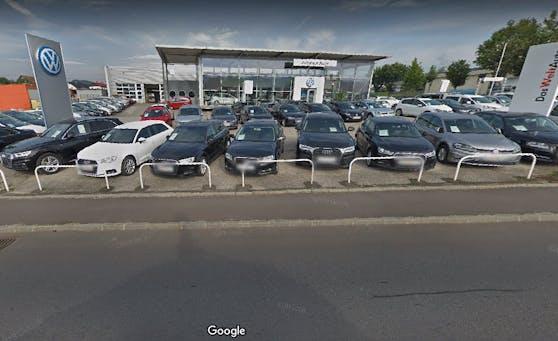 Dieses Autohaus in Freistadt wurde verwüstet, drei Autos wurden gestohlen.