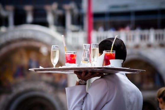Bei einem Wiener Oberkellner waren 12-Stunden-Arbeitstage die Regel.