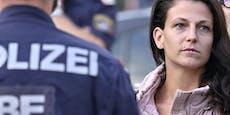 Polizei umstellt Fahnen-Zerreißerin bei Demo gegen Hass