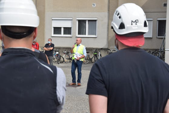 Markus Wieser und Mitarbeiter der Zuckerfabrik in Leopoldsdorf.