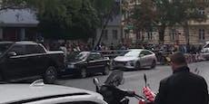 Corona-Chaos!Meterlange Schlangevor Schule in Wien