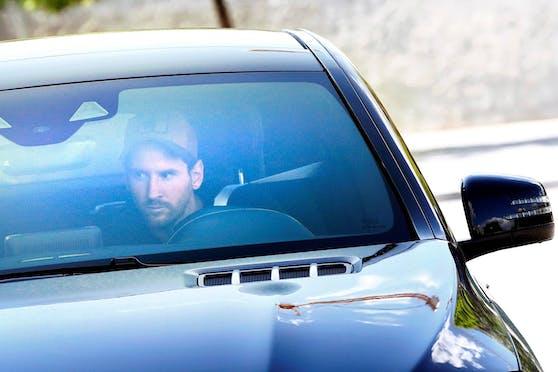 Lionel Messi fährt in seinem Mercedes am Klubgelände vor