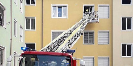 Die Einsatzkräfte gelangten über eine Drehleiter in die Wohnung.