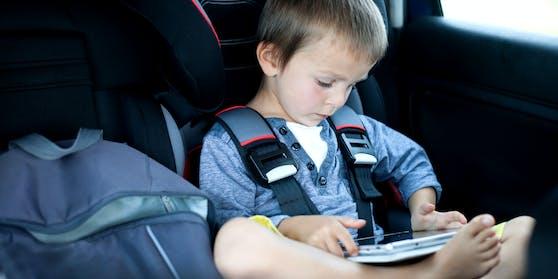 Das Kleinkind saß offenbar stundenlang im Auto und spielte mit einem Handy (Symbolfoto)
