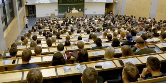 Die engagierte Professorin war bei ihren Studenten beliebt und wurde von ihnen geschätzt.