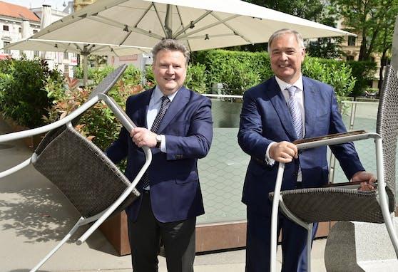 Bürgermeister Michael Ludwig und Kammer-Präsident Walter Ruck bei der Wiedereröffnung der Gastronomie im Mai.