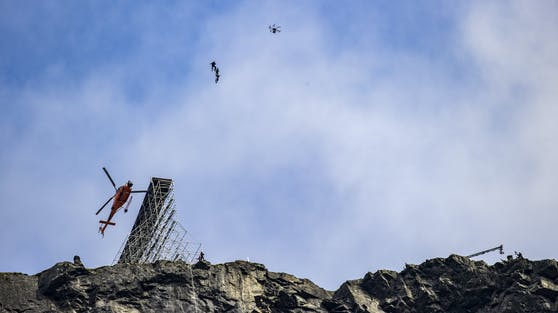 Da ganz oben sehen wir Tom Cruise in der Luft schweben ...