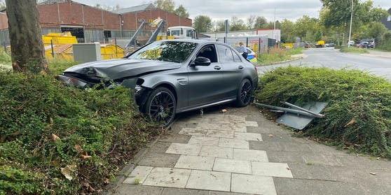 Der Mercedes AMG C 63 S wurde bei dem Crash stark in Mitleidenschaft gezogen