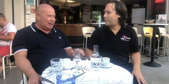 """Werner Tomanek trinkt Kaffee in der """"Bar Italia""""."""