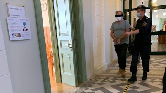 Angeklagter Ex wird in Gerichtssaal geführt