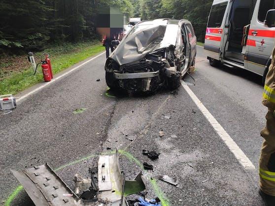 Ein 82-Jähriger geriet mit seinem Auto auf die Gegenfahrbahn, streifte einen Lkw und prallte frontal gegen einen Mini Cooper.
