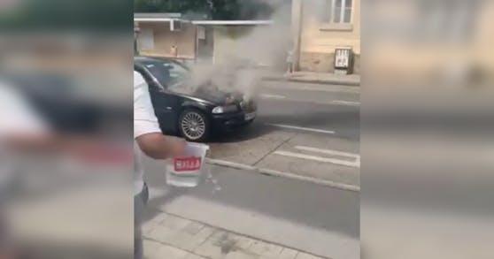 Ein BMW geriet aus ungeklärten Umständen in Brand