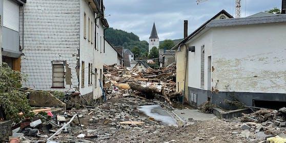Ganze Straßenzüge wurden in der Ortschaft Hohenlimburg verwüstet. Tonnenschweres Gestein vernichtete hier Straßen, begrub Autos fast komplett.
