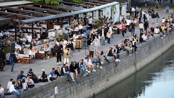 Junge Menschen stürmen bei Schönwetter die Promenaden am Wiener Donaukanal. Archivbild