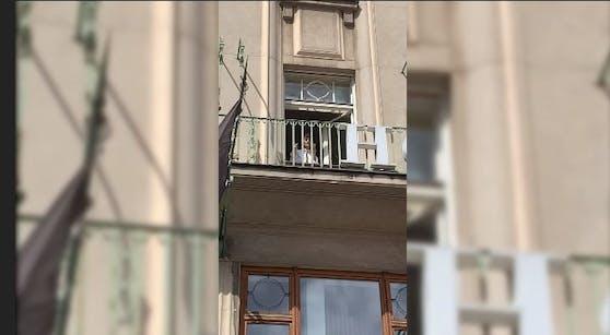 Wer versteckt sich da im Hotel? Frontsänger der ESC Gewinnerband Måneskin, Damiano.