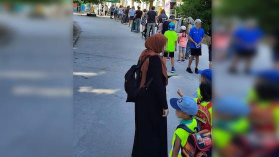 Mehrere Besucher warteten vor dem Eingang zum Zoo.