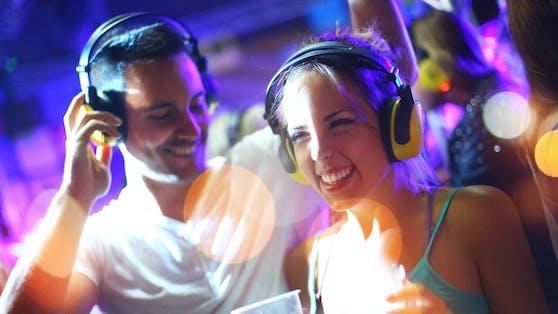 Die Ursache für den Anstieg bei den Corona-Neuinfektionen sehen Experten vor allem im Nachtleben und bei feiernden Jugendlichen.