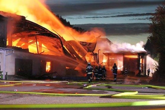 Bilder des Feuerwehr-Großeinsatzes im ECO-Park in Wernersdorf am 15. Juli 2021.