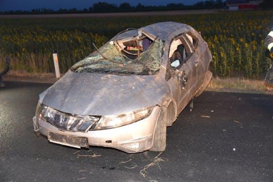 Der schwer beschädigte Wagen wurde von der Feuerwehr geborgen.