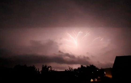 Ein Blitz über Müllendorf im Burgenland.