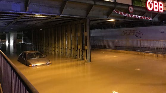 Ein Wiener blieb in der Überschwemmung in Kaisermühlen stecken
