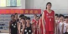 Riesig! 14-jährige Basketballerin ist 2,26 Meter groß