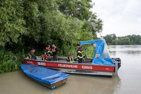 Die Feuerwehr aus Enns musste drei Fischer von einer Insel befreien.