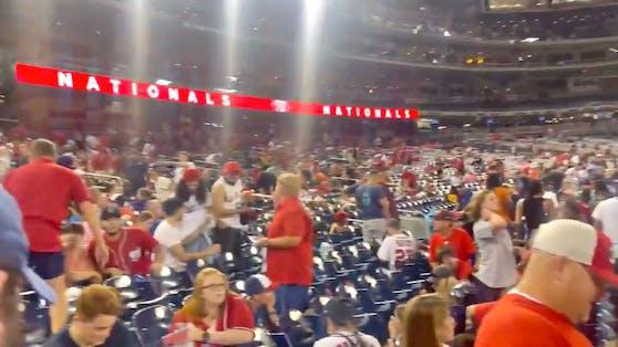 Baseball-Fans fliehen nach einer Schießerei in Washington