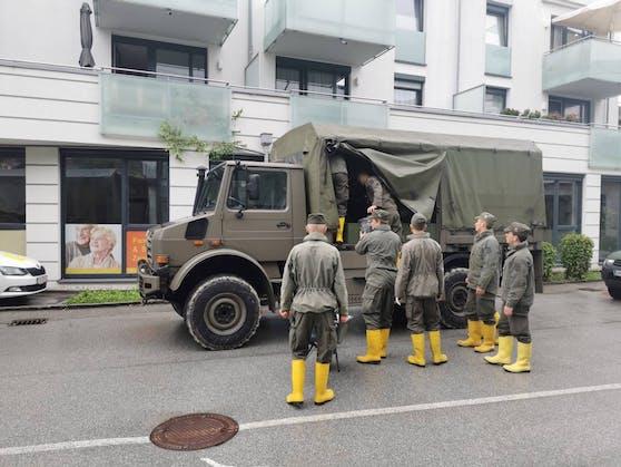 Die Asssistenzsoldaten helfen beim Beseitigen der Unwetterschäden.