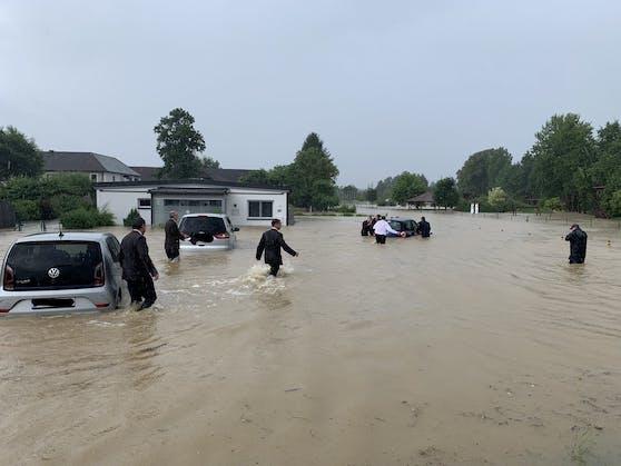 Das Wasser schloss mehrere Menschen und ihre Autos ein.