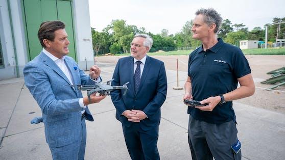 Wirtschaftsstadtrat Peter Hanke (links) und Gerhard Fida (Mitte), Geschäftsführer der Wiener Netze, testen die Drohne bei einem Umspannwerk.