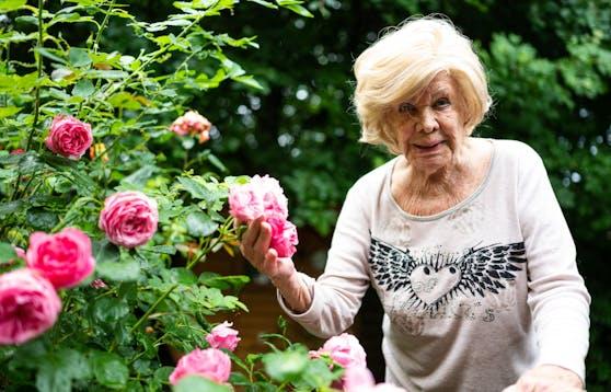 Ingrid van Bergen in ihrem Garten