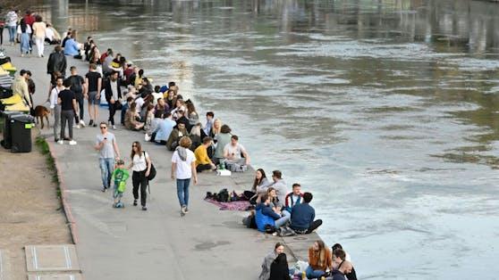 Der Donaukanal in Wien ist ein bekannter Hotspot für Jugendliche und junge Menschen.