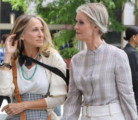 """Sarah Jessica Parker (56) und Cynthia Nixon (55) am Set des """"Sex and the City"""" Reboot """"And just like that""""."""