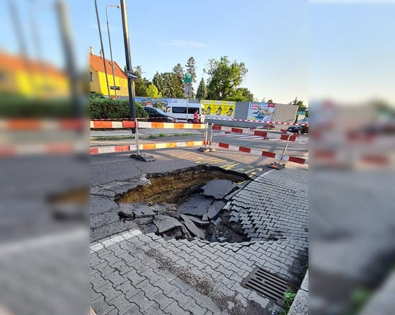 Die Straße im 22. Wiener Gemeindebezirk ist aufgesprungen.
