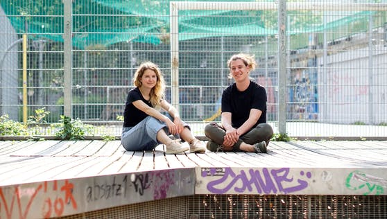 """Viki und Moritz diskutieren im neuen Podcast """"Rauschzeit"""" mit Expertinnen und Experten."""